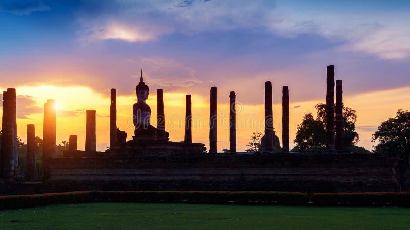 Siluetta della statua e di Wat Mahathat Temple di Buddha immagini stock