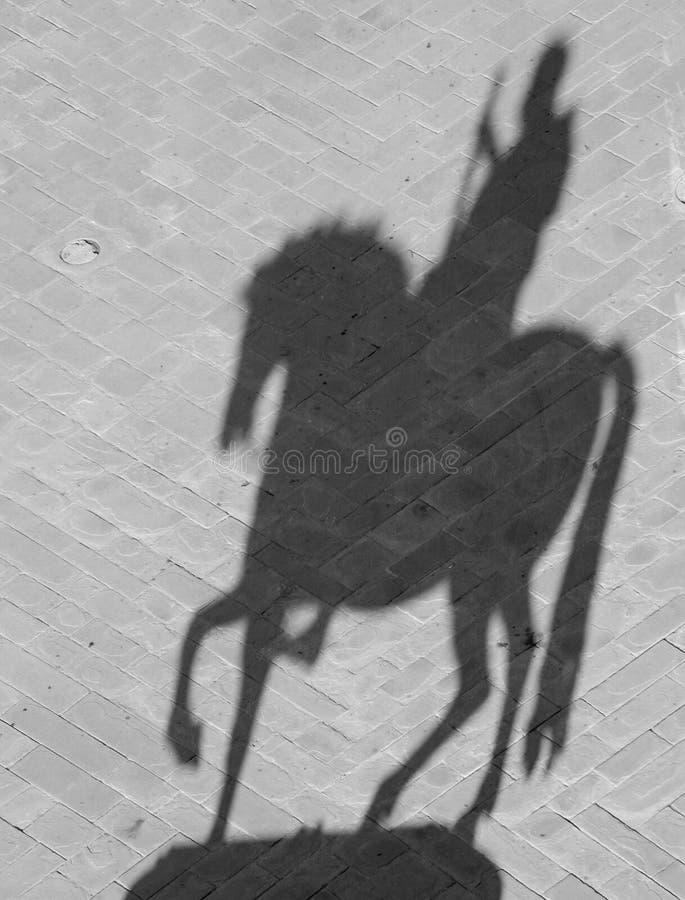 Siluetta della statua equestre del proj di Cosimo I de Medici fotografia stock libera da diritti