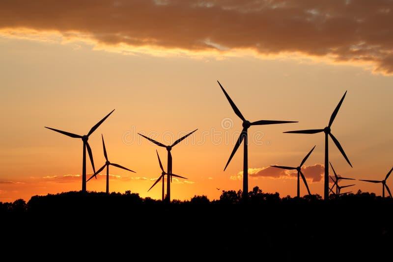 Siluetta della stazione di energia eolica fotografia stock
