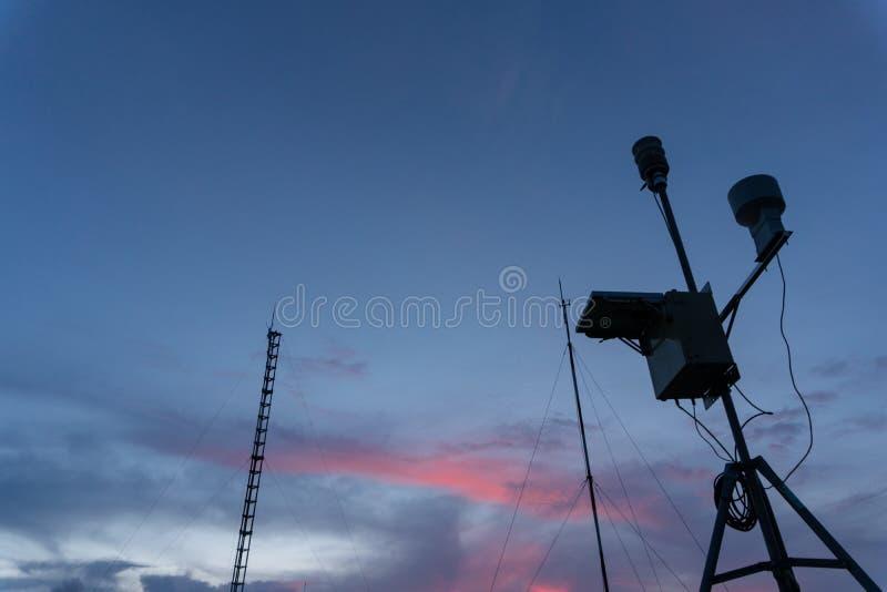 Siluetta della stazione metereologica automatica portatile all'aeroporto di Ngurah Rai sotto il cielo di mattina Questo strumento immagine stock