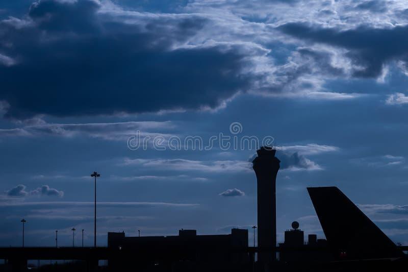 Siluetta della torre di controllo dell'aeroporto al crepuscolo fotografia stock libera da diritti