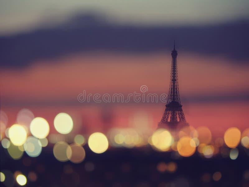 Siluetta della torre Eiffel e luci notturne di Parigi, Francia immagini stock