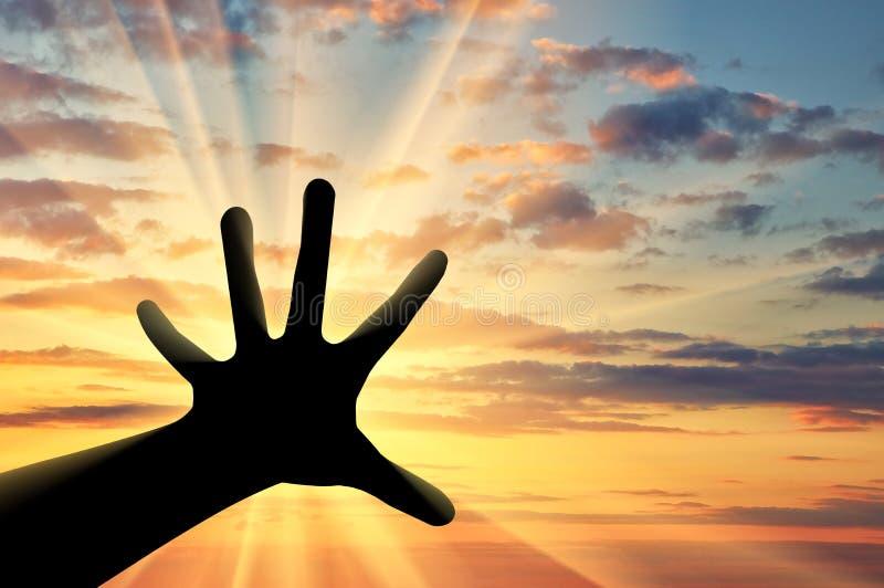 Siluetta delle mani sollevate al cielo fotografie stock