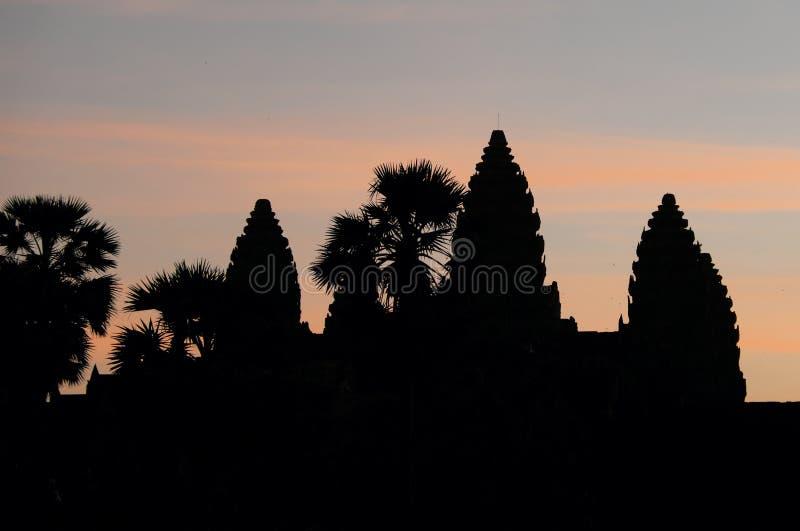 Siluetta delle torri del tempio di Angkor sui precedenti di bello cielo Attrazioni turistiche dell'Asia fotografie stock