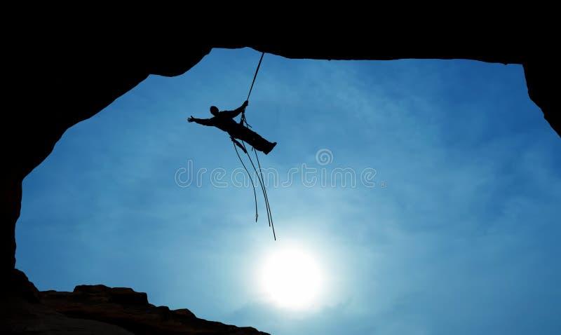 Siluetta dello scalatore di montagna con lo spazio della copia fotografia stock libera da diritti