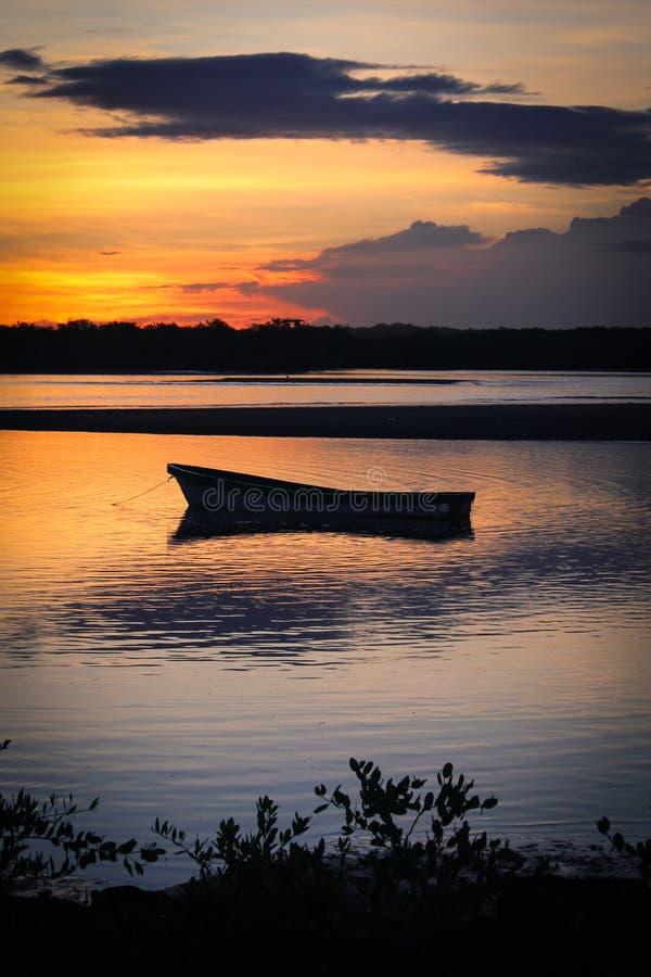Siluetta di alba del peschereccio ancorato fotografia stock