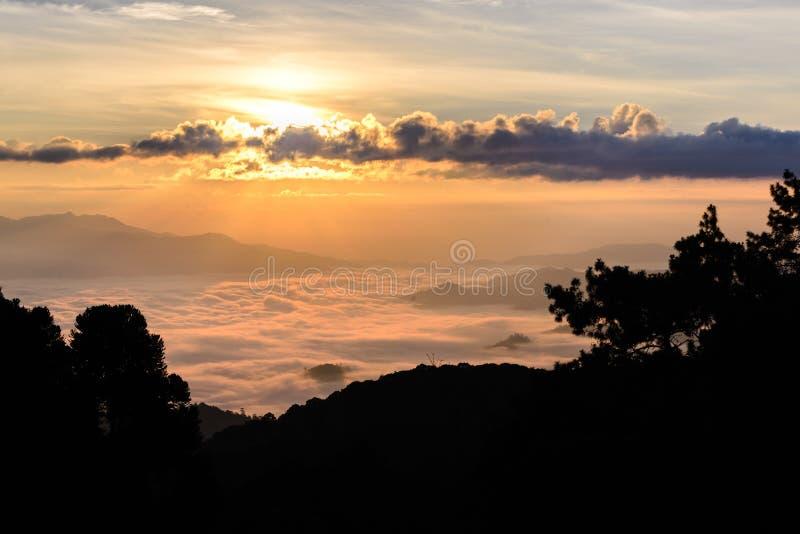 Siluetta di alba e di foschia con la montagna a Huai Nam Dang National Park in Chiang Mai ed in Mae Hong Son, Tailandia immagini stock