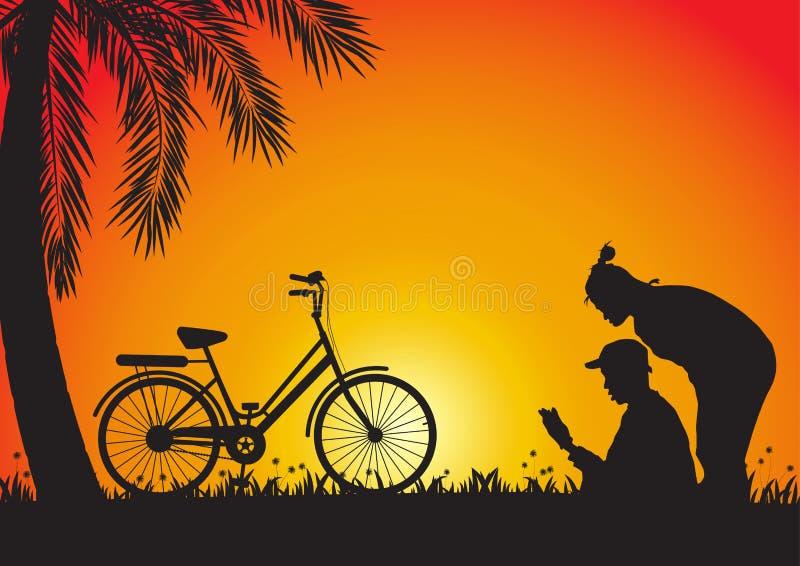 Siluetta di giovani coppie e bicicletta sul fondo dorato di tramonto royalty illustrazione gratis