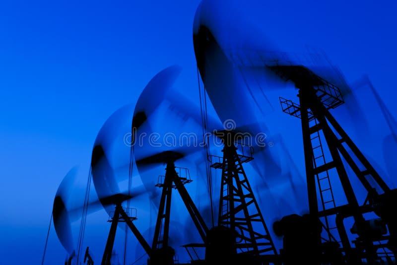 siluetta di lavoro della pompa di olio fotografie stock libere da diritti