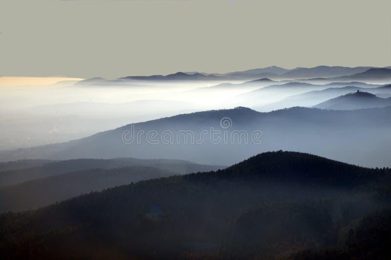 Siluetta di montagna distante con cielo limpido e luce morbida immagini stock libere da diritti
