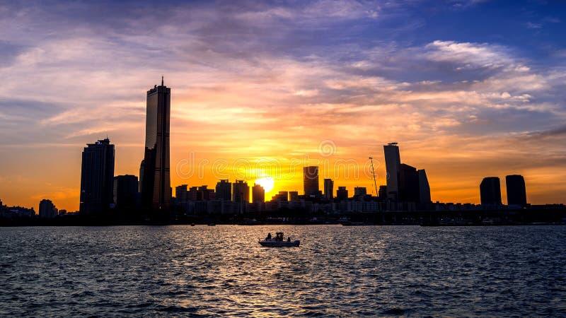 Siluetta di paesaggio urbano al tramonto a Seoul, Corea del Sud fotografie stock
