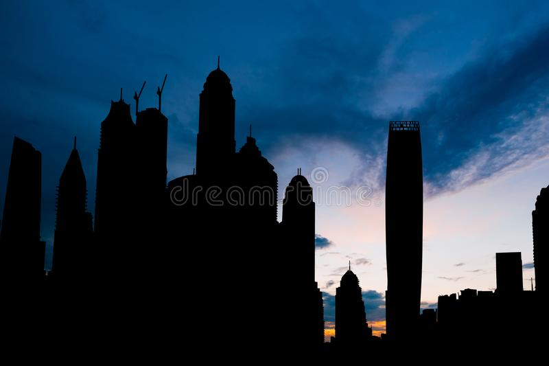 Siluetta di paesaggio urbano del porticciolo del Dubai sul tramonto fotografia stock libera da diritti