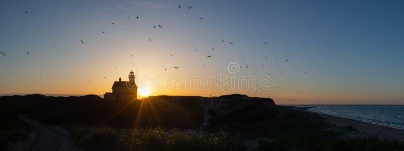 Siluetta di panorama del faro del nord durante il tramonto fotografia stock