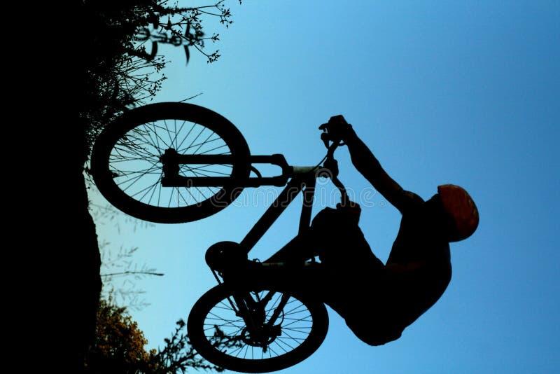 Siluetta di salto della bici immagini stock libere da diritti