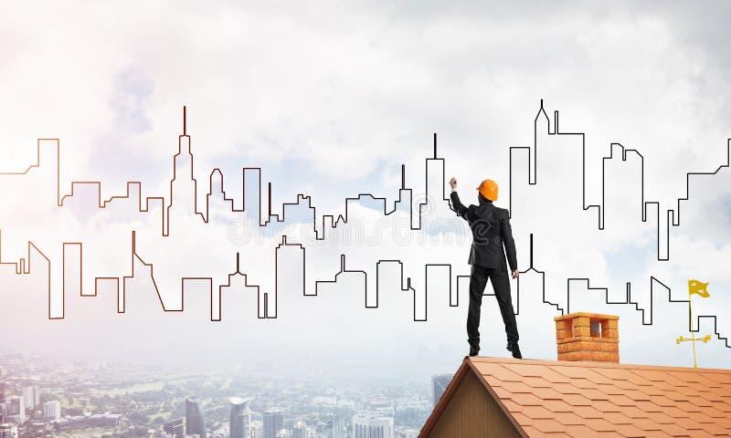 Siluetta di tiraggio dell'architetto dell'uomo della città moderna su cielo blu Media misti immagine stock