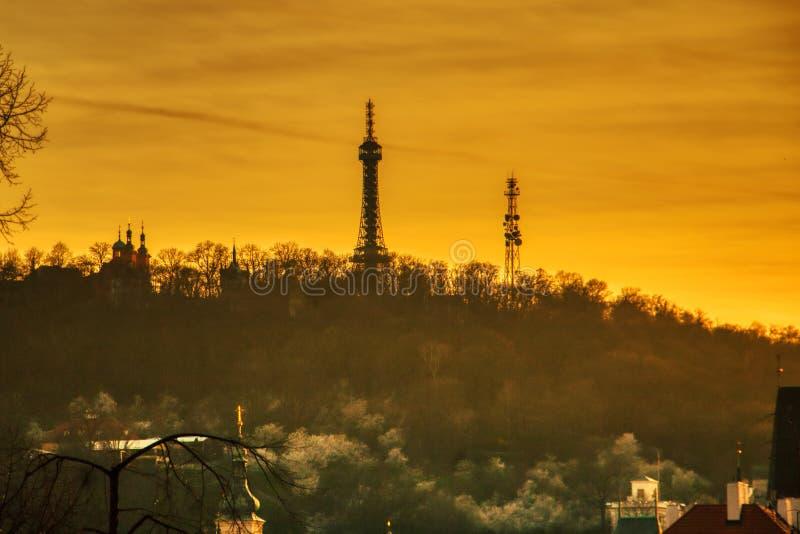 Siluetta di tramonto della torre della collina di Petrin fotografie stock
