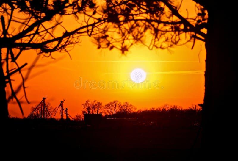 Siluetta di un'azienda agricola dell'Indiana al tramonto fotografia stock libera da diritti