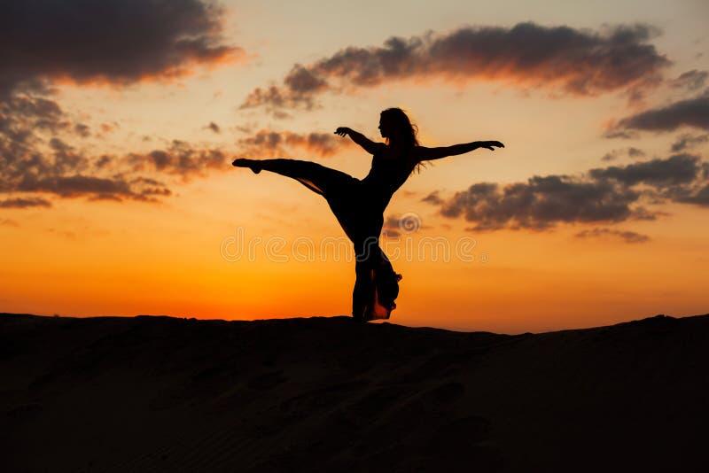 Siluetta di un ballerino al tramonto immagini stock