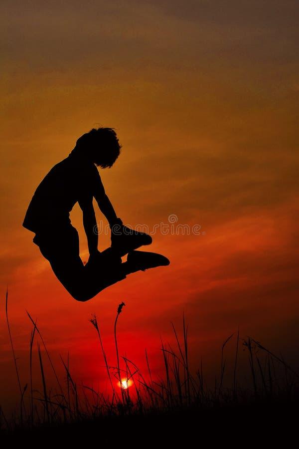 Siluetta di un ballerino hip-hop che posa vicino alla montagna al tramonto, Pune, maharashtra fotografia stock