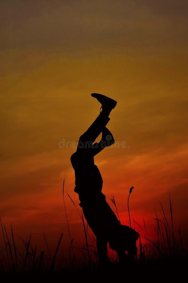 Siluetta di un ballerino hip-hop che posa vicino alla montagna al tramonto, Pune, maharashtra fotografie stock libere da diritti