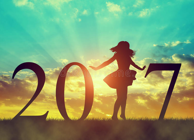 Siluetta di un dancing felice della ragazza nella celebrazione del nuovo anno 2017 immagini stock