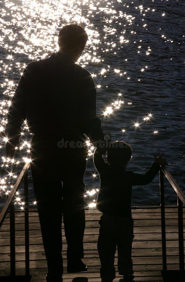 Siluetta di un padre e di un figlio immagine stock