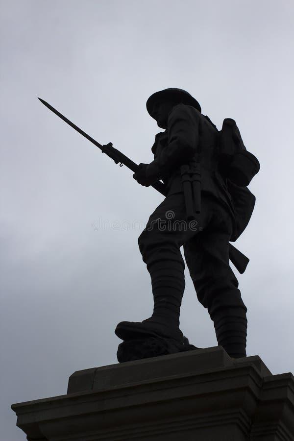 Siluetta di un Tommy britannico con la baionetta tirata su un memoriale di guerra in Portstewart in Irlanda del Nord fotografie stock libere da diritti