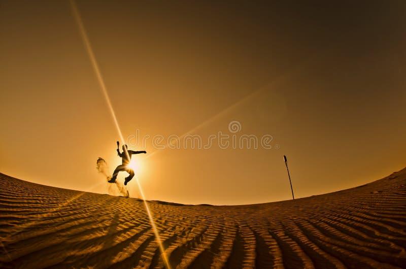 Siluetta di un uomo che salta con la freccia a disposizione immagini stock libere da diritti