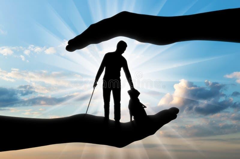 Siluetta di un uomo disabile cieco con una canna nella sua mano ed in una guida del cane fotografie stock libere da diritti