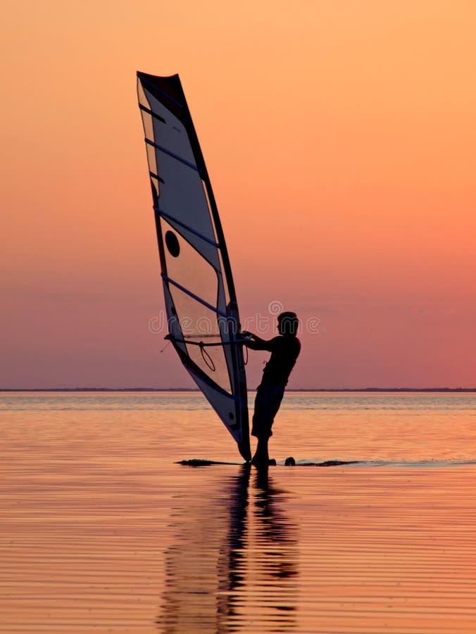 Siluetta di un wind-surfer su un tramonto 3 fotografie stock