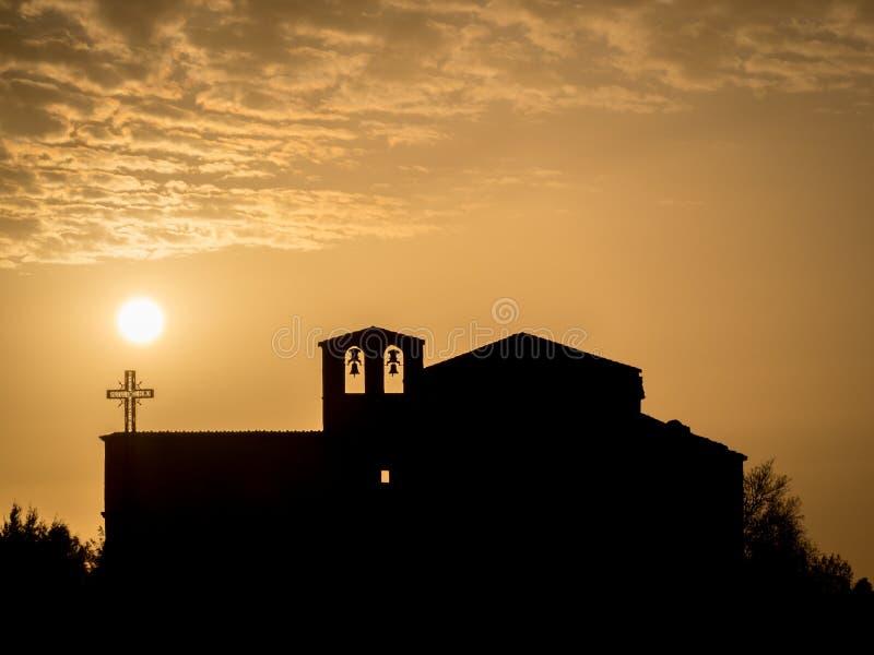 Siluetta di una chiesa al tramonto nel ³ n di Hoces del DuratÃ, in Spagna immagini stock libere da diritti