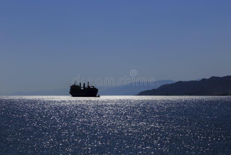 Siluetta di una nave nel golfo di Aqaba del Mar Rosso fotografie stock