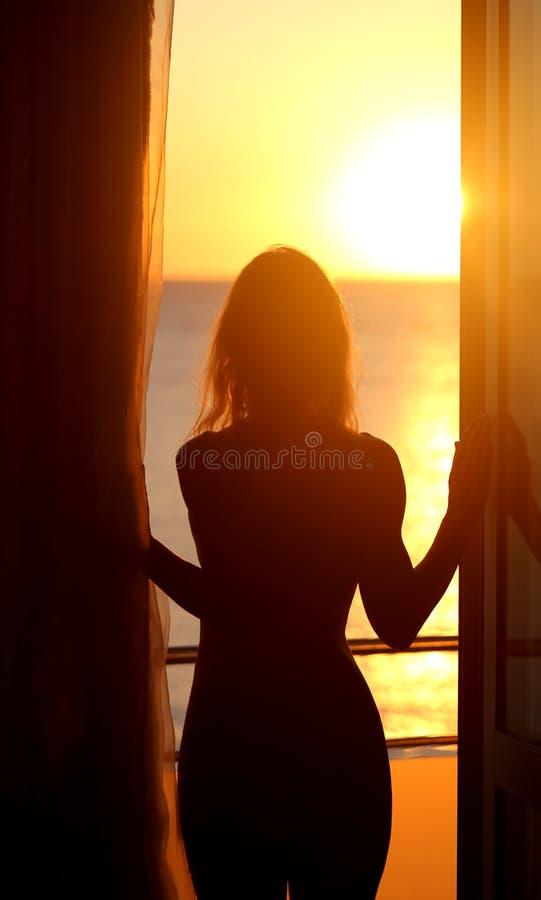 Siluetta di una ragazza nuda fotografia stock libera da diritti