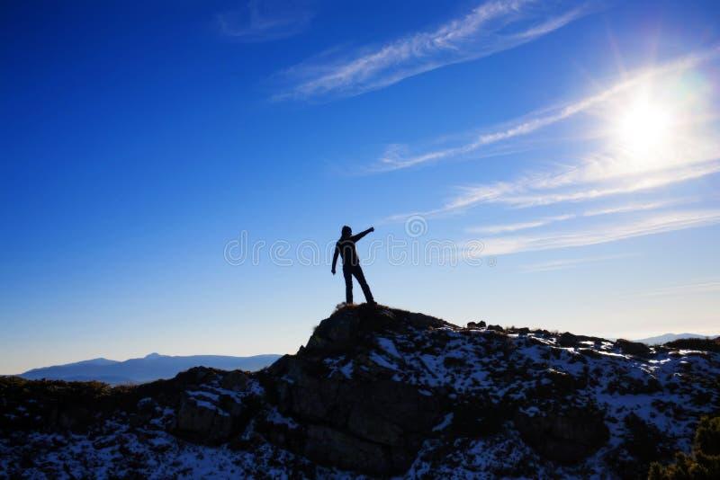 Siluetta di una ragazza sopra una montagna immagine stock libera da diritti