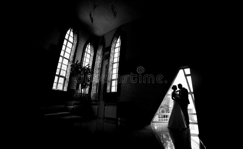 Siluetta di una sposa e di uno sposo fotografia stock