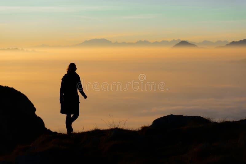 Siluetta di una viandante nelle montagne con il mare di nebbia in Th fotografie stock libere da diritti