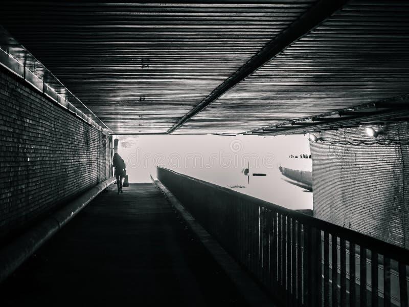 Siluetta femminile in tunnel, nessun colore immagine stock