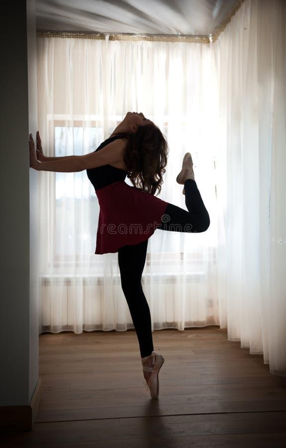 Siluetta graziosa della ballerina nella posa di balletto Ballerino di balletto splendido che esegue, sui pointes Ballerina che fa immagine stock libera da diritti