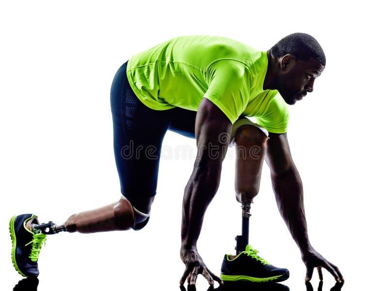Siluetta handicappata della protesi delle gambe della linea di partenza dei pareggiatori dell'uomo fotografia stock