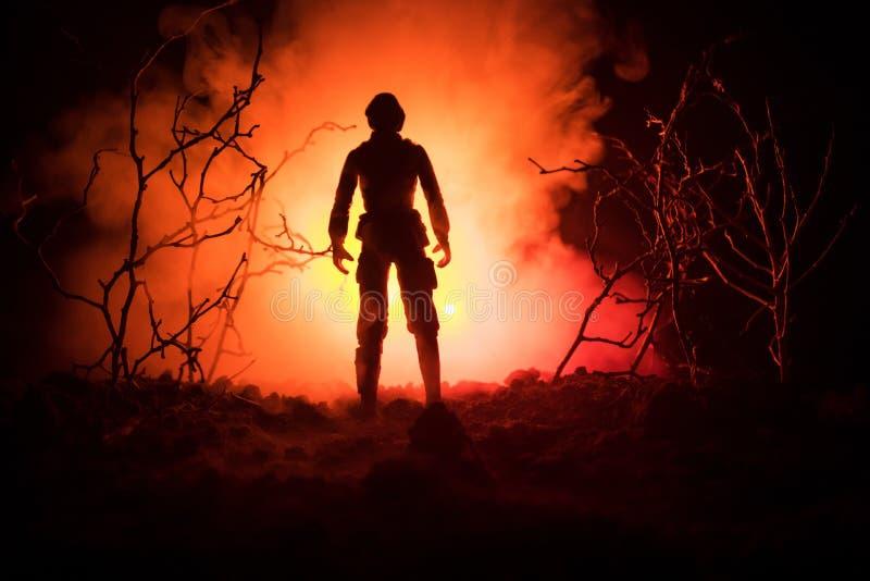 Siluetta militare del soldato con la pistola Concetto di guerra Siluette militari che combattono scena sul fondo del cielo della  fotografie stock libere da diritti