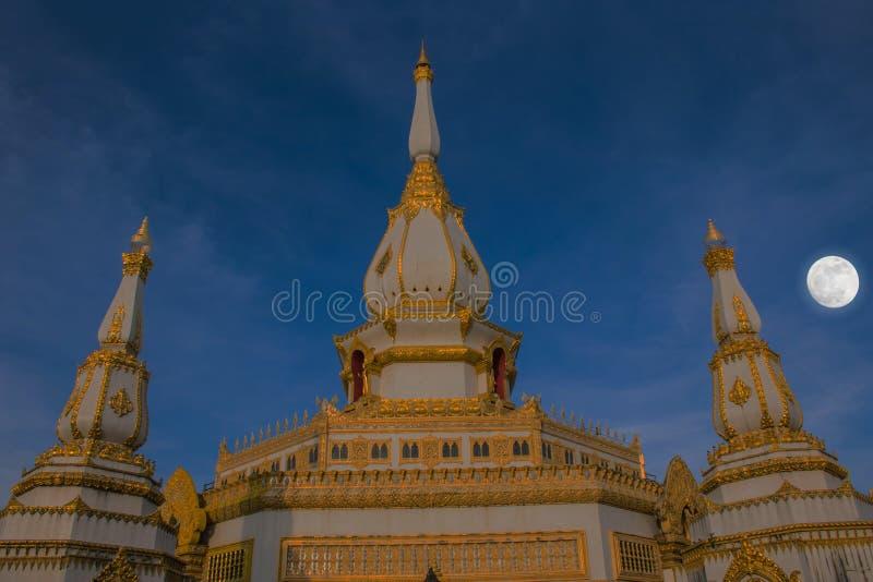 Siluetta molle astratta del fuoco il santuario, tempio, il buudha, la luna Le proprietà pubbliche a Wat Phra Maha Chedi Chai Mong fotografia stock