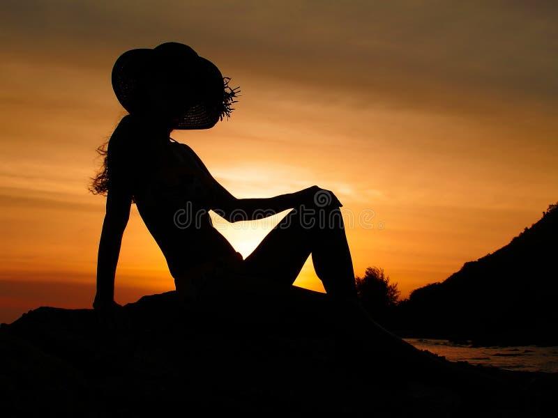 Siluetta romantica di tramonto immagine stock
