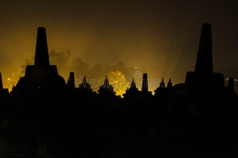 Siluetta Stupas a Borobudur a Yogyakarta, Indonesia fotografia stock