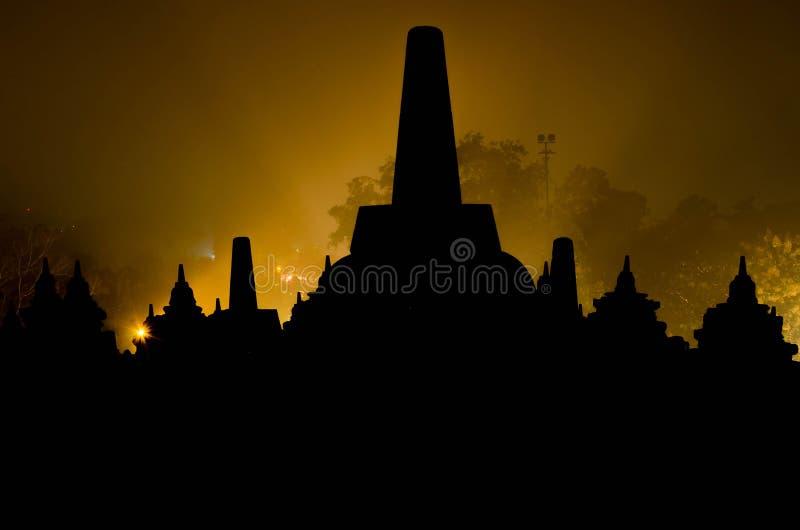 Siluetta Stupas a Borobudur a Yogyakarta, Indonesia immagini stock