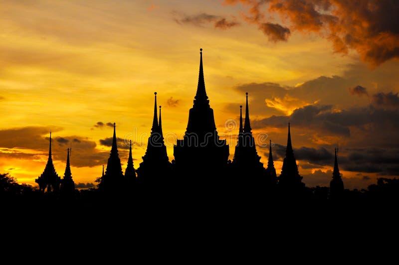 Siluetta tailandese antica del tempio nel fondo crepuscolare del cielo immagine stock libera da diritti