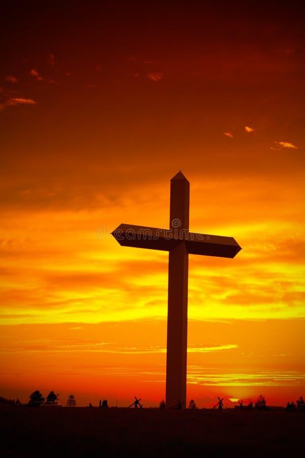 Siluetta trasversale cristiana durante il tramonto fotografie stock