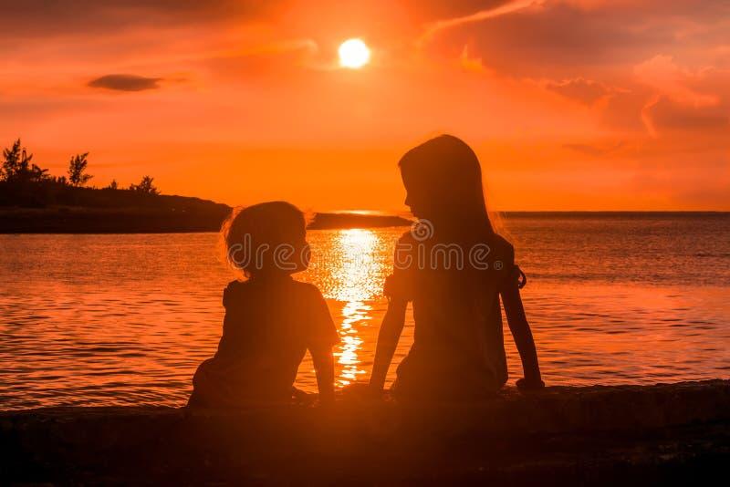 Download Siluette immagine stock. Immagine di bambini, oceano - 117976445