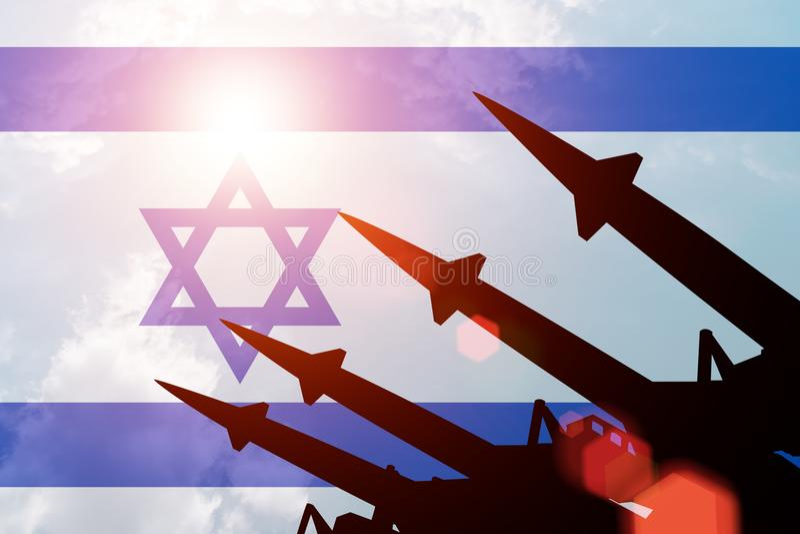 Siluette antiaeree dei razzi su fondo della bandiera di Israele royalty illustrazione gratis