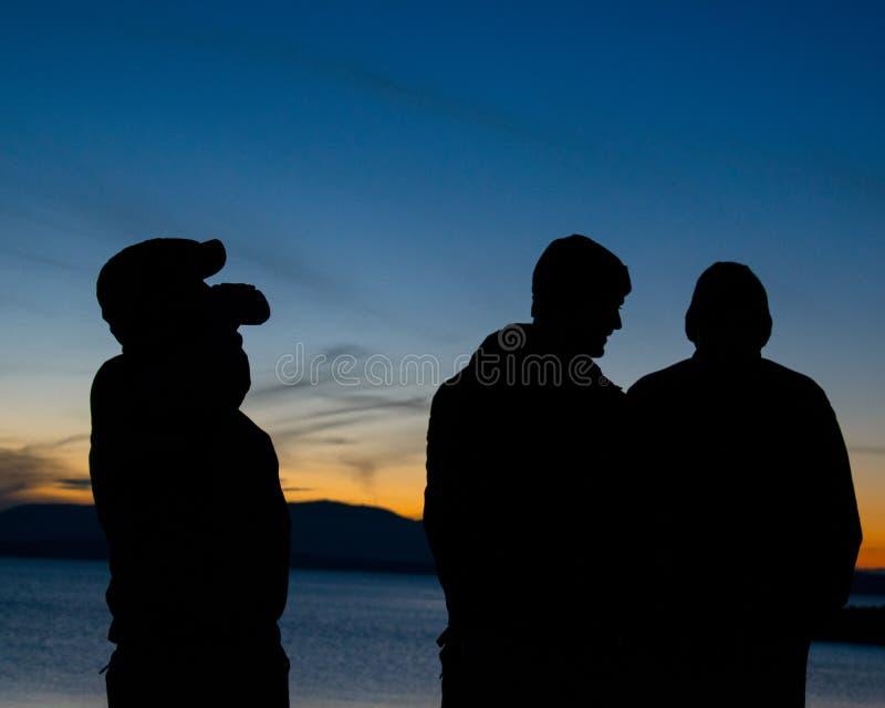 Siluette con il fondo di tramonto immagini stock libere da diritti