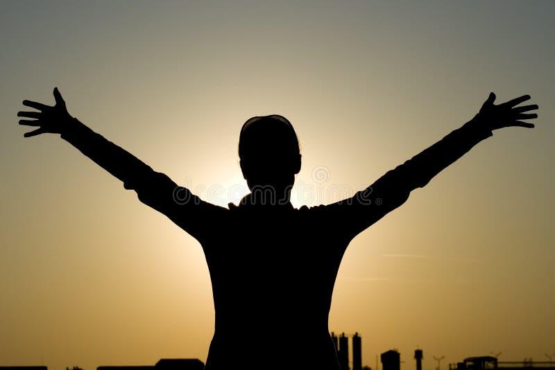 Siluette de fille sur le coucher du soleil photos stock